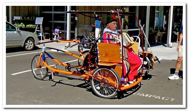 Груз в багажнике велосипеда