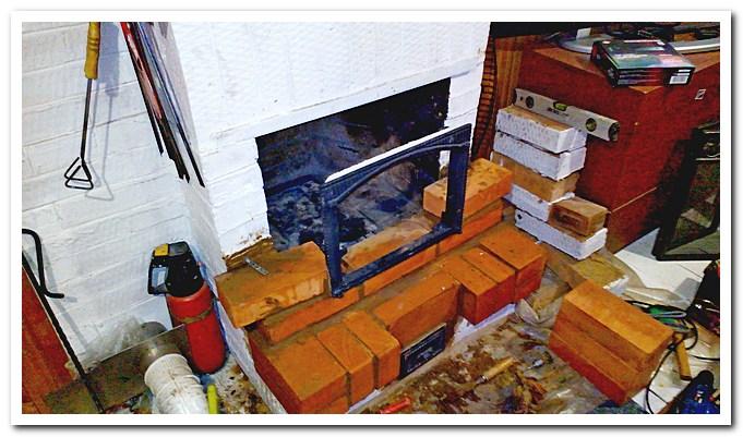 Выставляем рамку дверцы камина